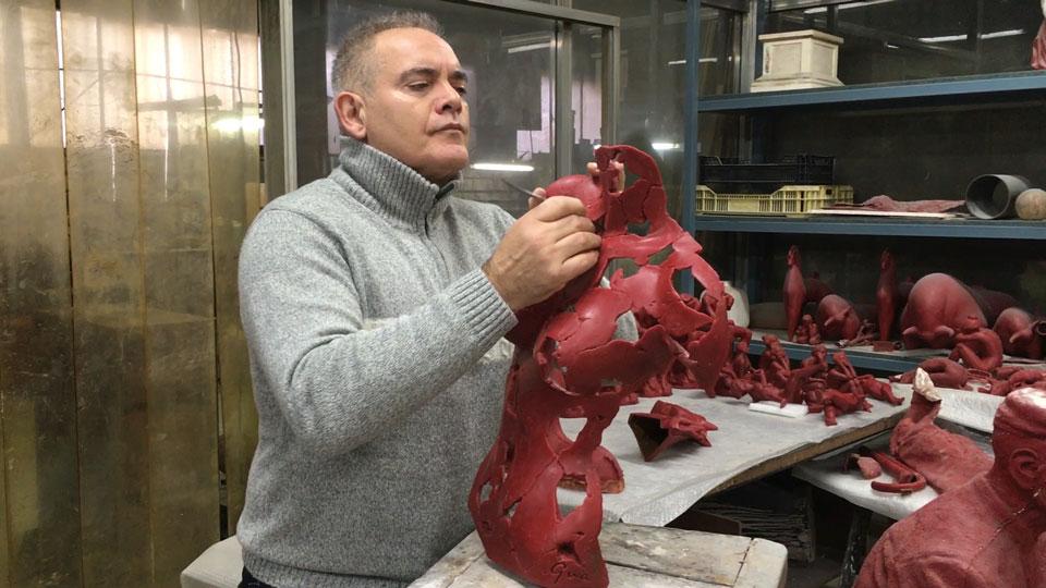 Miguel Guía repasando la cera de su escultura esencia femenina